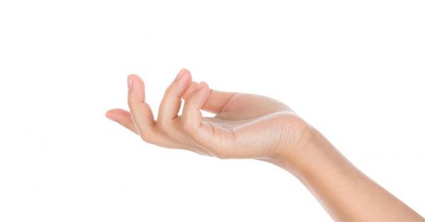 a középső ujj ízülete meghajolva fáj