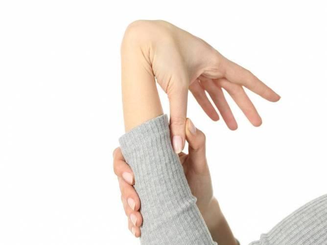 a hüvelykujj ízülete fájdalmat okoz