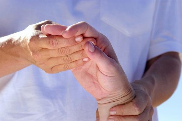 fájdalom az ujjak ízületeiben ad a vállakra térdfájdalom az ízület alatt