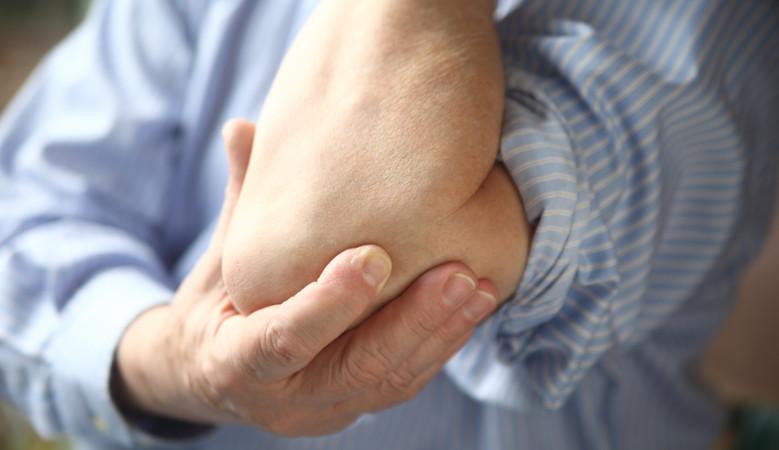 Fájdalom a jobb könyökízületben emeléskor