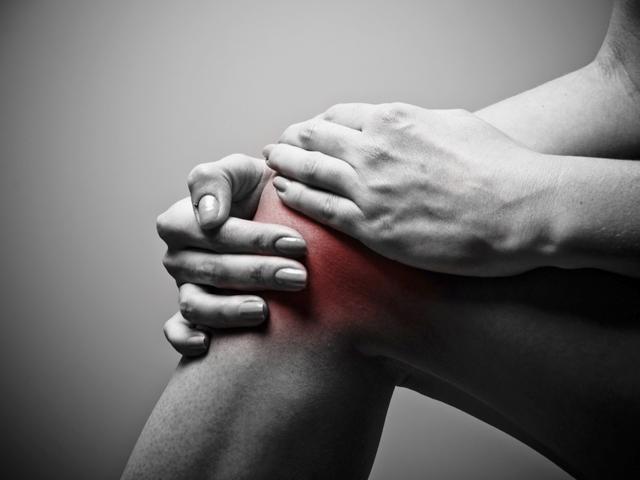 akkor a fájdalom az egyik ízületben jelentkezik