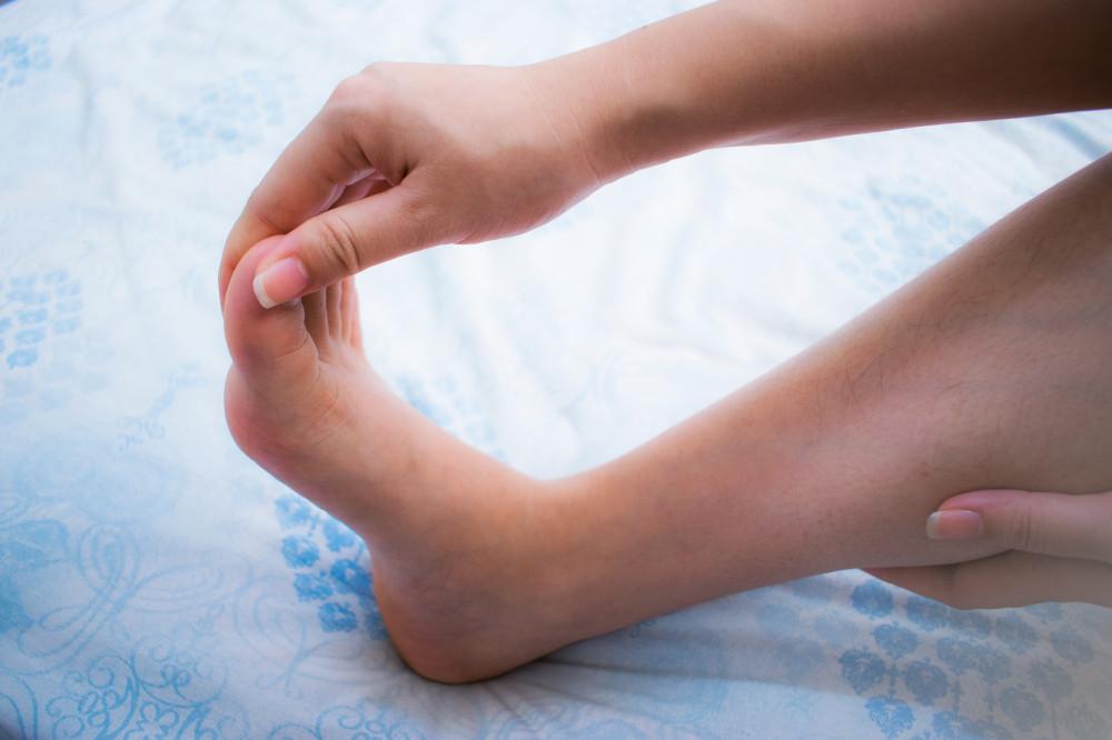 lábujjak zsibbadásának okai fájdalom a lábak ízületeiben vírusos fertőzéssel